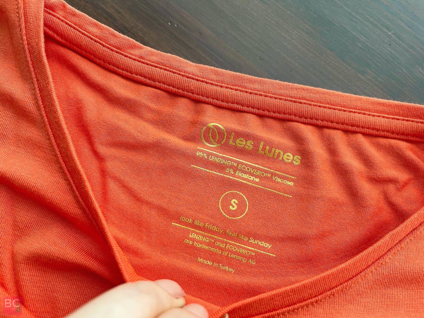 The Mia Shirt Les Lunes Erfahrungen vorne Ausschnitt Details Druck