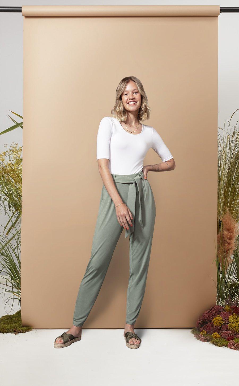 The Jade Pants Erfahrung in Größe S von Les Lunes. Die lockere Hose in der Farbe THYME (thymian ist sowas wie pastell grün) Ein schickes, elegantes Outfit.