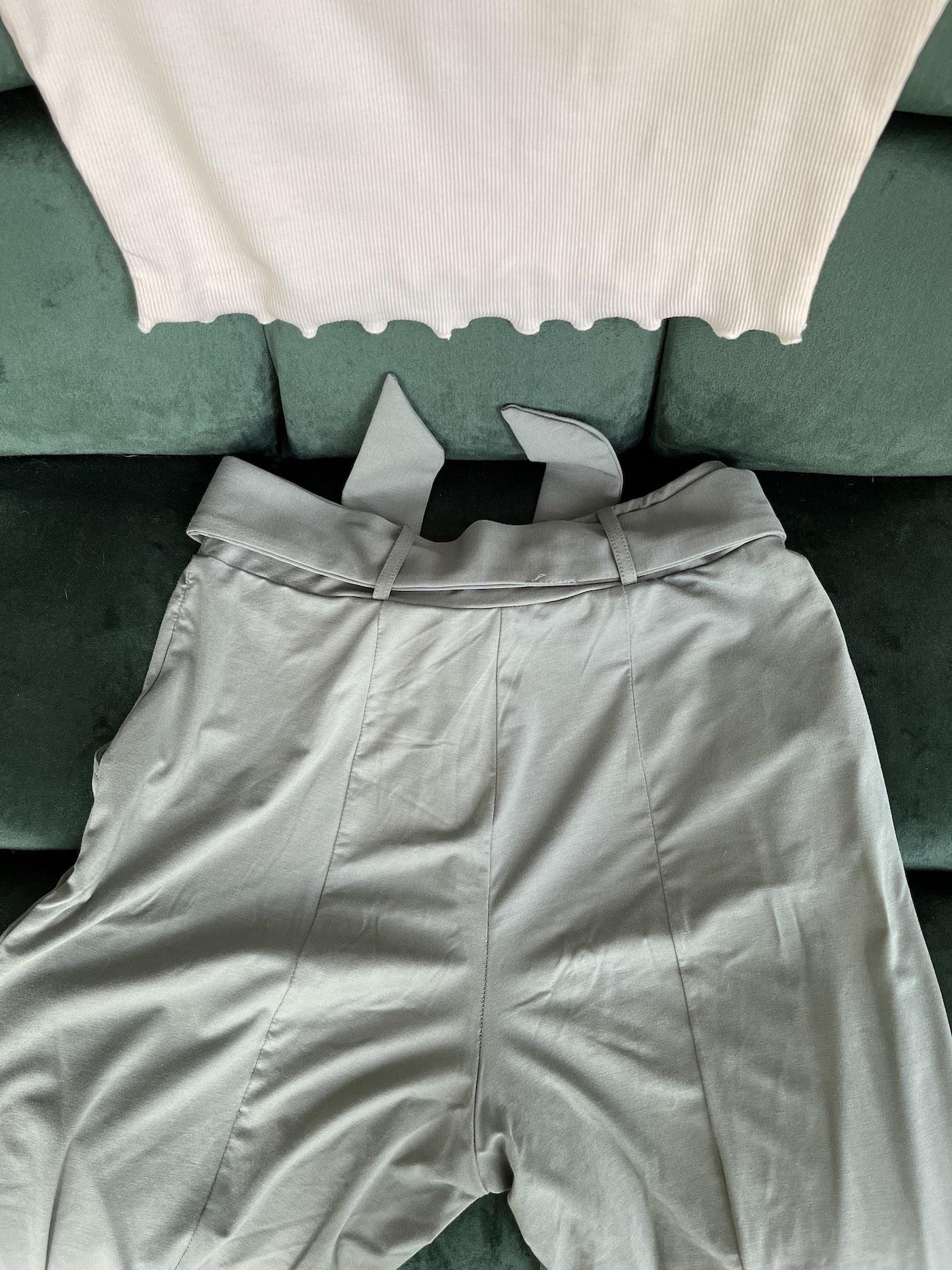 The Jade Pants Les Lunes Erfahrungen rückansicht Po Nähte und Taillengürtel (April Top Kombination)