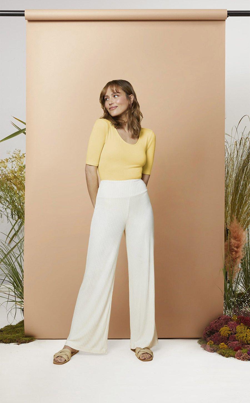 Michelle Wide Pants Rib und Charlotte Bodysuit gelb von Les Lunes Erfahrungen Oatmilk weiß