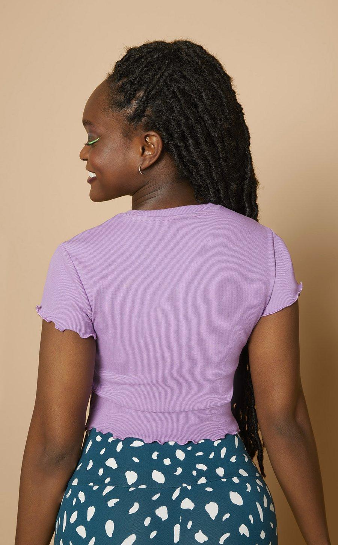 The April Top (Shirt im gerippten Stoff mit Wellennähte). Meine Les Lunes Erfahrungen mit dem Top in der Farbe Farbe Lilac