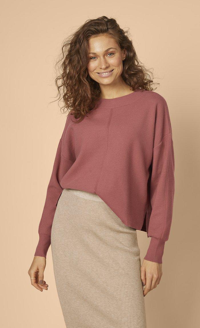 Les Lunes Nola Sweater Rot Masala vorne mit Rock Rosy Skirt